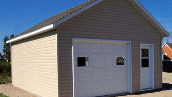 Garage Avec 1 Porte De Service à Lu0027avant Et Une Porte De Garage.